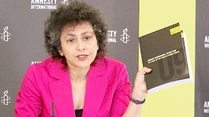 Amnestyn pääsihteeri Irene Khan näyttää Amnestyn vuosiraporttia.