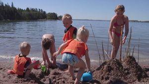 Lapset rakentavat hiekkalinnaa.