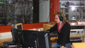 Kuvassa tuottaja Sari Vähäsarja juontaa iltapäivälähetystä