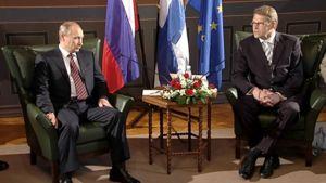 Vladimir Putin ja Matti Vanhanen istuvat. Taka-alalla Venäjän, Suomen sekä EU:n liput.