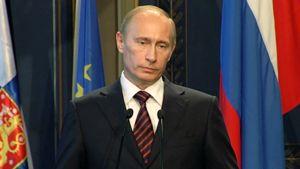 Vladimir Putin, taustalla Suomen, Venäjän ja EU:n liput.