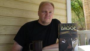 Kirjailija Tapani Bagge ja uutuuskirja Valkoinen hehku