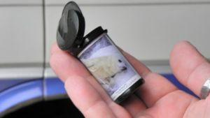 Miniroskiksen voi kuvittaa vaikka tarralla.