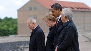 Barack Obama, Angela Merkel, Elie Wiesel (oik) ja Bertrand Herz (vas)
