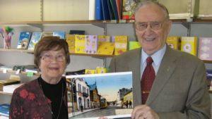 Kauppias Kelpo Lehto ja hänen vaimonsa Kaija Lehto sulkevat kirjakauppansa ovet kesäkuun lopulla.