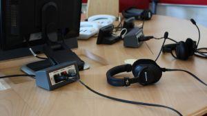 Haastateltavan kuulokemikrofoni studion pöydällä.
