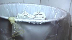 Käytetty kondomi roskiksessa