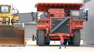 Kaivoksen jättimäinen maansiirtorekka