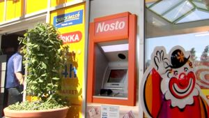 Nosto-automaatti K-kaupan vieressä.