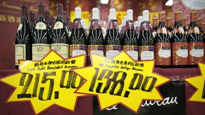 Ranskalaisia viinejä esillä kiinalaisessa kaupassa.