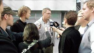 Toimittajia haastattelemassa Matti Vanhasta