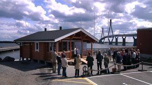 Merten Talon infopiste toimii väliaikaisissa tiloissa Raippaluodon sillan kupeessa.