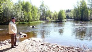Pekka Sertti Keijulankosken rannalla.