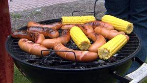 Makkaroita ja maissaintähkiä grillissä.