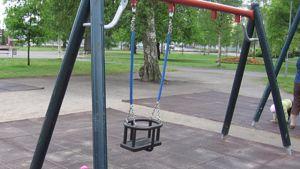 Kuvassa puistoa, etualalla keinuja,