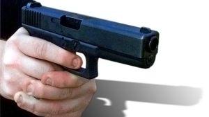 Puoliautomaattinen Glock 21 -pistooli miehen käsissä