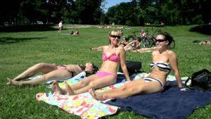 Tytöt ottamassa aurinkoa.