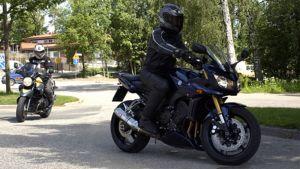 Moottoripyöräilijöitä kesäisellä tiellä