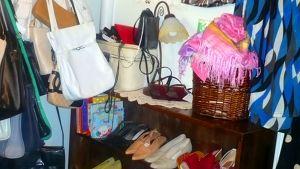 Käytettyjä kenkiä, vaatteita ja muita tavaroita
