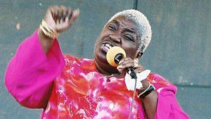Blues-Mama räväyttää avajaiskonsertissa torilla.