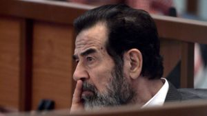 Saddam Hussein kuunteli syytteitä oikeudessa vuoden 2006 syksyllä.