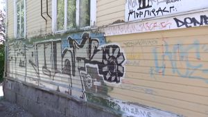 Spraymaalaus talon seinässä.