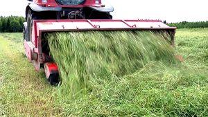 Traktori pöyhii heinää