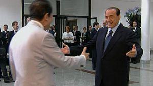 Italian pääministeri Silvio Berlusconi toivottaa tervetulleeksi Japanin pääministerin Taro Ason G8-kokoukseen.