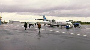 Matkustajia matkalla koneelle Kuopion lentoasemalla