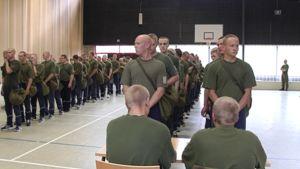 Alokkaita jonossa ensimmäisenä päivänään armeijassa.