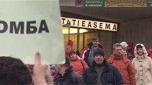 Venäläisturisteja Kuopion rautatieasemalla.