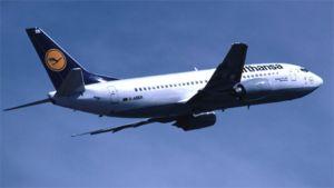 Lufthansa-lentoyhtiön lentokone ilmassa.