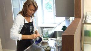 Ekokampaaja Minna Pernu sekoittaa hiustenhoitotuotteita luonnonmukaisista valmistusaineista.