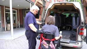 Sopimuskuljettaja Roope Kokko auttaa asiakasta.