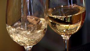Valkoviiniä kaadetaan laseihin