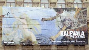Kalevalan juhlavuoden näyttelyn mainos Ateneumin ulkoseinällä.
