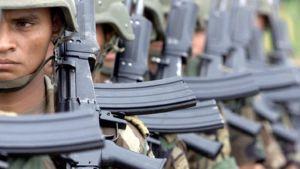 Kolumbialaisia sotilaita jonossa.