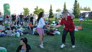 Tanssiva pariskunta.