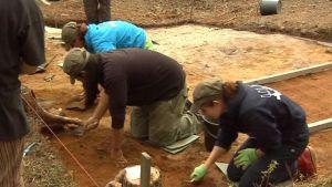 arkeloginen kaivaus Yli-Iin Kierikki kaivajat siivilöivät maata