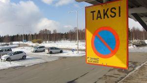 Taksikyltti Kemi-Tornion lentoasemalla.