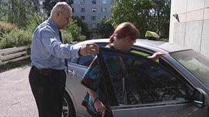 Suvi Kivinen menossa taksin kyytiin.