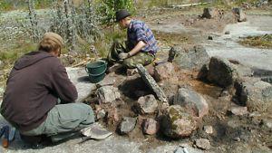 Museoviraston ryhmä tutkimassa kiviröykkiötä