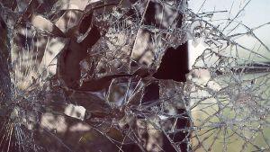 Rikottu ikkuna