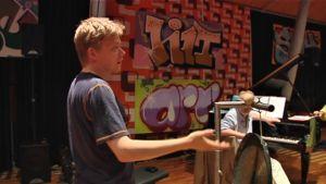 Taiteellinen johtaja Pekka Kuusisto käy läpi ohjelmaa muusikoiden kanssa.