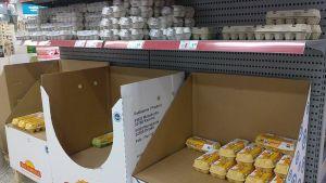 Kaupan kananmunahyllyt puolityhjillään Kokkolan K-Citymarketissa.