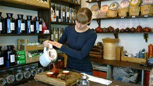 Miia Suominen tarjoilee teetä teehuone Pienessä Kilpikonnassa.
