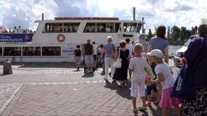 Ihmiset jonottavat Tammerkoski -laivaan Laukontorilla.