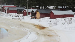 Kuva Suntin sillalta merelle päin. Kuvassa Sunti, jäätä ja venevajoja.