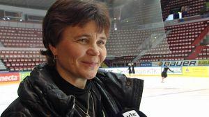Valmentaja Anu Oksanen lähikuvassa.