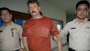 Thaimaalaiset poliisit saattavat asekauppiaaksi syytettyä Viktor Boutia oikeuden eteen Bangkokissa heinäkuussa 2008.